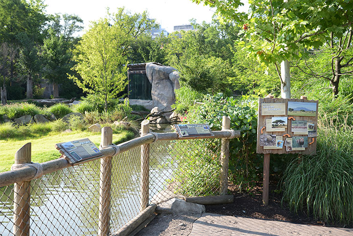 Cincinnati Zoo African Safari viewing area with signs